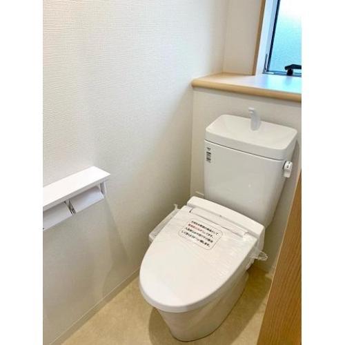 1階トイレ。温水洗浄便座付きです。