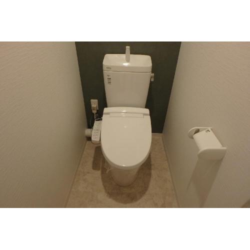 汚れの付きにくい素材で、手入れやお掃除をしやすいトイレです。